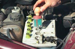 Измерение плотности электролита в аккумуляторе