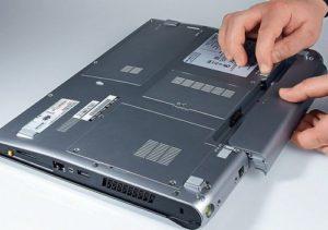 Извлечение аккумулятора из ноутбука