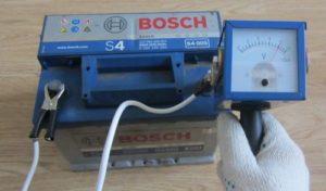 Проверка зарядки в АКБ Бош