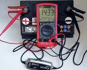 Проверка с помощью мультиметра заряда аккумулятора